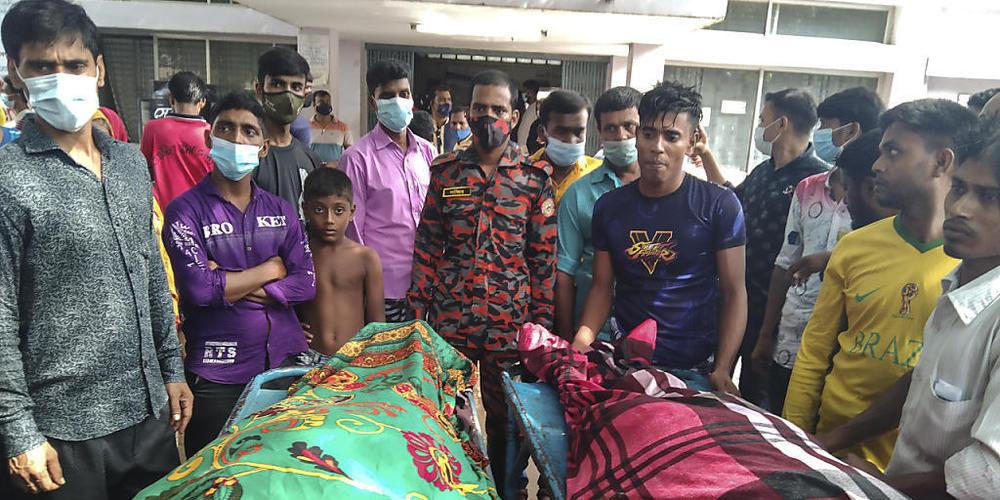 Personen stehen um die Leichen von Opfern, die durch einen Blitzeinschlag starben. Mindestens 15 Gäste sind auf dem Weg zu einer Hochzeitsfeier in Bangladesch vom Blitz getroffen worden und gestorben. Foto: Md Jahangir Alom/AP/dpa Foto: Md Jahangi...