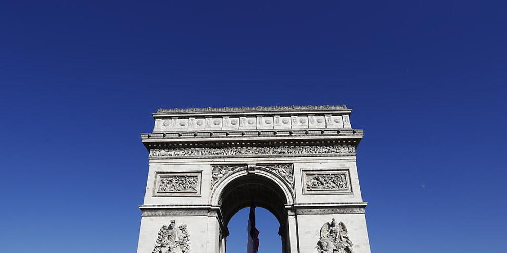 Der Tour-de-France-Tross passiert am Schlusstag traditionell den Arc de Triomphe am Zielort in Paris