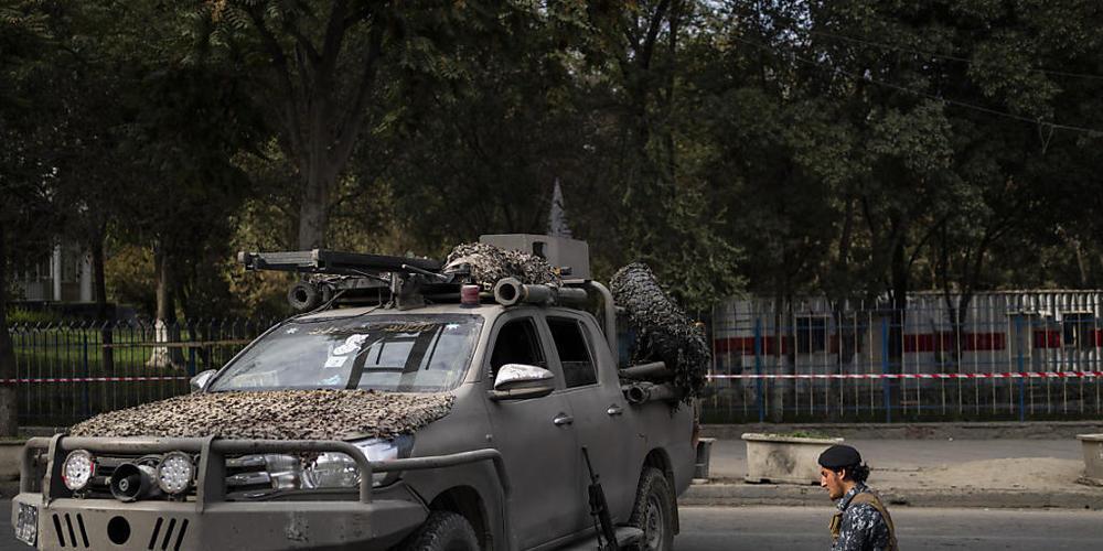 Ein Kämpfer der Taliban betet auf der Straße neben einer von der afghanischen Gesellschaft der muslimischen Jugend organisierten Demonstration, bei der die Freigabe von eingefrorenen internationalen Geldern gefordert wird. Foto: Bernat Armangue/AP...