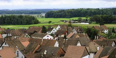 Die Corona-Pandemie hat den Wohnungsmarkt verändert. Die Zürcherinnen und Zürcher leben vermehrt auf dem Land und in grösseren Objekten. Im Bild die Gemeinde Rudolfingen im Weinland. (Archivbild)