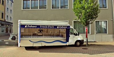 Vier Verkaufswagen der Zahner AG beliefern die Fischliebhaber mit frischem Fisch an 30 Standorten.