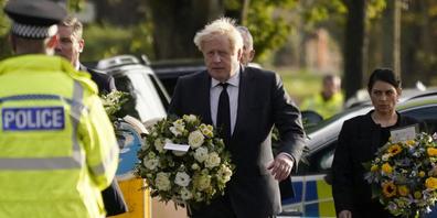 Der britische Premierminister Boris Johnson am Tatort des tödlichem Angriffs auf einen britischen Abgeordneten in Leigh-On-Sea. Foto: Alberto Pezzali/AP/dpa