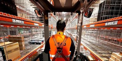 Ein Mitarbeiter im deutschen Logistik- und Verteilzentrum von Amazon in Werne. Der Onlinehändler will mit Hilfe der Behörden verstärkt gegen Produktfälschungen vorgehen. (Symbolbild)