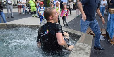 Timmy Vogt (l.) und Damian Ruoss mussten sich trotz starker Gegenwehr ihren «Packern» geschlagen geben und wurden im Marienbrunnen getauft.