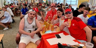 Die Fans warten gespannt auf den Anpfiff: Für die Nati wirft man sich auch mal gerne mal in Schale.