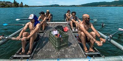 Beim Rudern auf dem Sihlsee ist Teamwork gefragt. Linke Reihe von vorne: Fabian Bösch, Guilia Tanno und Colin Wili. Rechts: Coach Greg Tüscher, Kim Gubser und Mathilde Gremaud.