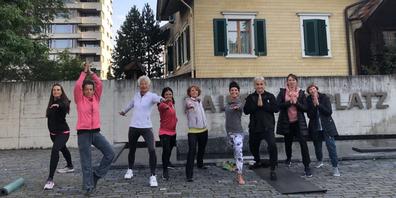 Die Teilnehmende zeigen ihre grosse Begeisterung über die Yoga-Stunde mit Gina Besio.