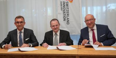 Verwaltungsratspräsident Roland Ledergerber, Notar Christian Beutter, Volkswirtschaftsdirektor Beat Tinner.