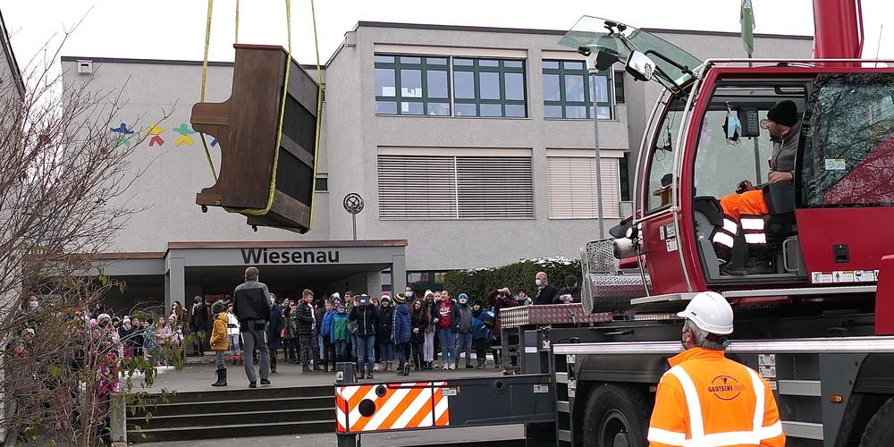 Zum Start des Schulprojekts wurde ein Klavier auf dem Vordach der Schule Wiesenau abgestellt (Bilder: Ulrike Huber)