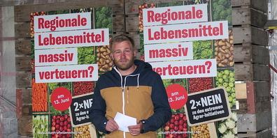 Gemüsebauer Florian Gasser zeigt an Ort und Stelle Fakten und Beispiele, weshalb die Agrarinitiativen  abzulehnen sind.