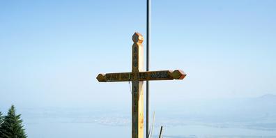 Hinter dem Kreuz  der Silvester-Ausscheller steht eine Mess-Station der  Märchler Delta- und  Gleitschirmvereinigung.