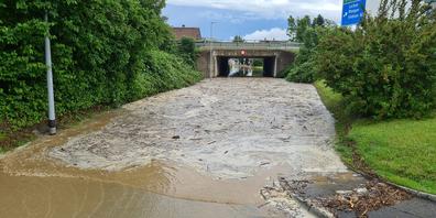 In den Autobahnunterführungen sammelten sich nicht nur Wasser, sondern auch viel Schlamm und Geschiebe.