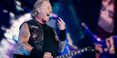 ARCHIV - James Hetfield, Sänger und Gitarrist von der US-amerikanischen Rockband Metallica, steht bei einem Konzert im Ernst-Happel-Stadion auf der Bühne. Foto: Georg Hochmuth/APA/dpa