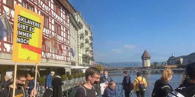 In mehreren Schweizer Städten - wie hier in Luzern - demonstrierten am Samstag Menschen bei stummen Märschen gegen Sklaverei und Menschenhandel.