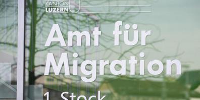 Einwohner mit Migrationshintergrund haben ein doppelt so hohes Risiko, Ende Monat nicht über die Runden zu kommen, wie Einwohner mit Schweizer Wurzeln. Ausserdem wohnen sie in engeren, lauteren und teurerern Wohnungen als Schweizer ohne Migrations...