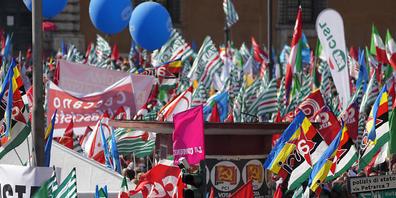 Die italenischen Gewerkschaften haben zur Demonstration aufgerufen - das Motto: «Nie mehr Faschismus». Foto: Andrew Medichini/AP/dpa
