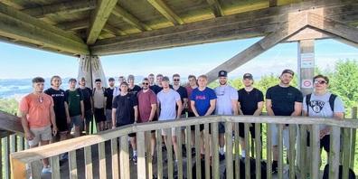 Mannschaft und Staff des EC Wil auf dem Wiler Turm.