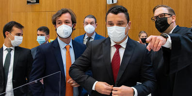 Nach der Staudamm-Katastrophe im brasilianischen Brumadinho Anfang 2019 haben die betroffene Gemeinde und Barroso Camara (2. v. r.), Bruder eines der 260 Opfers, den TÜV Süd auf Schadenersatz verklagt. Foto: Sven Hoppe/dpa