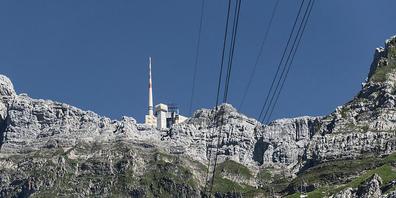 Jeden Sommer schlagen mehrere hundert Blitze in den 123 Meter hohen Antennenturm auf dem Säntis ein. Nun will ein Forscherteam auf dem Ostschweizer Hausberg mit Lasertechnik Blitze gezielt umleiten. (Archivbild)