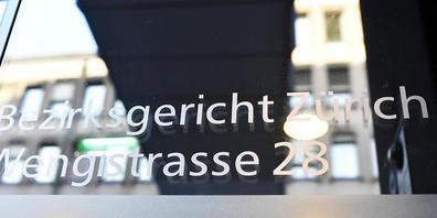 Das Bezirksgericht Zürich hat einen gewalttätigen Fussballfan zu einer Gefängnisstrafe verurteilt und einen Landesverweis ausgesprochen. (Symbolbild)
