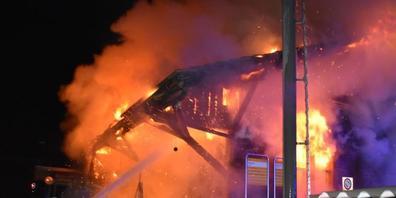 Bei Eintreffen der Feuerwehr brannte der Güterschuppen am Bahnhof Schiers bereits lichterloh.