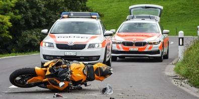 Der Motorradfahrer musste mit der Rega ins Spital geflogen werden.
