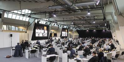 Der Zürcher Kantonsrat und der Gemeinderat der Stadt Zürich tagen coronabedingt in der Messehalle 9 in Zürich-Oerlikon: Wenn sie ausziehen, werden hier Schülerinnen und Schüler turnen.