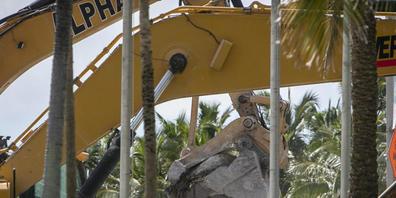Schweres Gerät entfernt Schutt von der Einsturzstelle der Champlain Towers South in Surfside, Florida. (Archivbild) Foto: Jose A Iglesias/Miami Herald via AP/dpa - ACHTUNG: Nur zur redaktionellen Verwendung und nur mit vollständiger Nennung des vo...