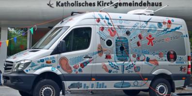 In Nullkommanichts steht ein modernes Radiostudio vor dem katholischen Kirchgemeindehaus Jona.