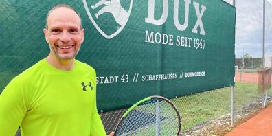 Christian Preisig bei einer seiner Lieblingsbeschäftigungen, dem Tennisspielen am Sonntagmorgen, am liebsten natürlich bei Sonnenschein.