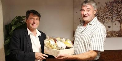 Cornel Egger (links) kann sein 30-Jahr-Jubiläum als Gemeindepräsident von Oberuzwil feiern. Vize-Gemeindepräsident Alois Schilliger gratuliert im Namen des Gemeinderats.