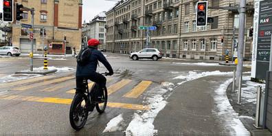 Bis Velofahrer in der Stadt St.Gallen an entsprechend markierten Kreuzungen bei Rot rechts abbiegen dürfen, dauert es noch eine Weile.