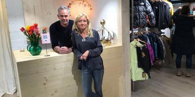 """Bettina Costa und Christian Grimm haben ihr Ladenlokal """"la Cruna"""" mit viel Liebe und viel Holz eingerichtet."""