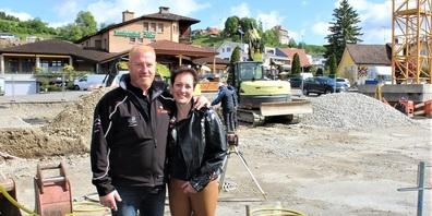 Marcel und Rosemarie Mettler vor der Baustelle, mit dem Landgasthof Adler im Hintergrund.