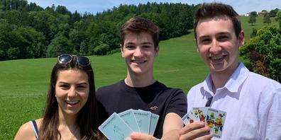 Noelle, Andrin und Noah haben weibliche Jasskarten kreiert.