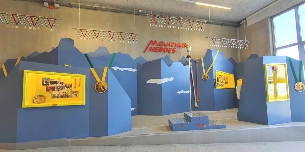 So sieht die neue Ausstellung «Mountain Heroes» auf dem Maschgenkamm aus.