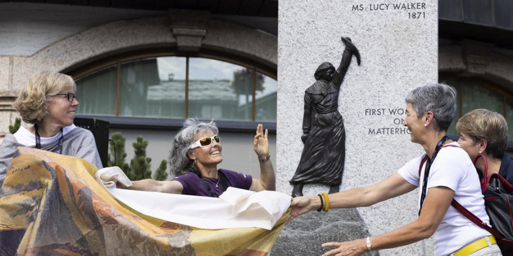 Romy Biner-Hauser, Gemeindepräsidentin, Rita Christen, Präsidentin des Schweizer Bergführerverbands SBV und Françoise Jaquet, Präsidentin des SAC,  enthüllen im Beisein von Bundesrätin Viola Amherd die Skulptur zu Ehren von Lucy Walker. (von links)