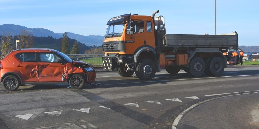 Der beim Unfall entstandene Sachschaden an den Fahrzeugen beträgt rund 16'000 Franken.