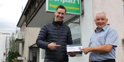 Dominik Summer (links) mit Gemeindepräsident Roland Wälter