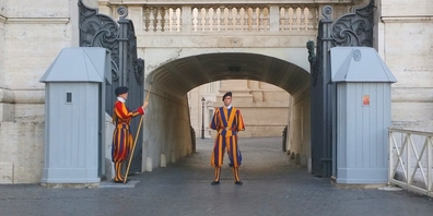 Zwei Schweizergardisten bewachen einen Durchgang im Vatikan.