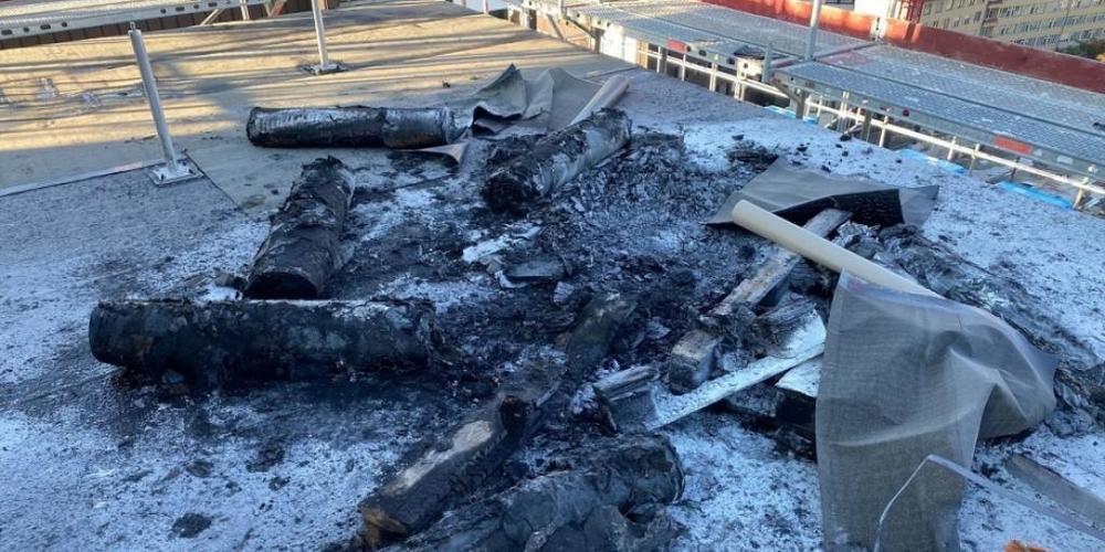 Auf dem Dach des Spitalneubaus geriet eine Holzpalette mit Bitumenrollen in Brand.