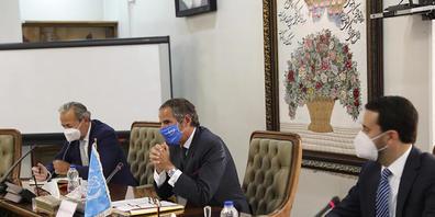 HANDOUT - Rafael Mariano Grossi (M), Generaldirektor der Internationalen Atomenergiebehörde (IAEA), bei einem Treffen mit Mohammad Eslami, Leiter der Atomenergie-Organisation des Iran. Foto: Uncredited/Atomic Energy Organization of Iran/AP/dpa - A...