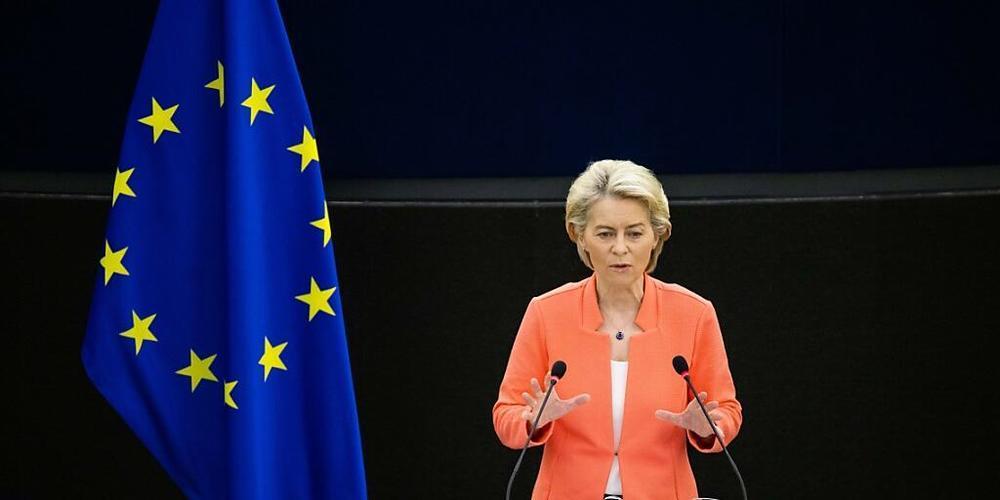 Ursula von der Leyen (CDU), Präsidentin der Europäischen Kommission und Mitglied der Fraktion EVP, würdigt die Bekämpfung der Corona-Pandemie als Erfolg. Fleichzeitig fordert sich weiterhin Anstrengungen. Foto: Philipp von Ditfurth/dpa