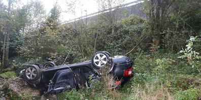Das Wrack des führerlosen Autos, das in Gontenbad AI ins Kaubachtobel stürzte.