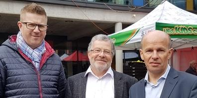 Schulratspräsident Köbi Zimmermann, umrahmt von seinem Nachfolger Peter Haag (links) und Gemeindepräsident Stefan Frei.