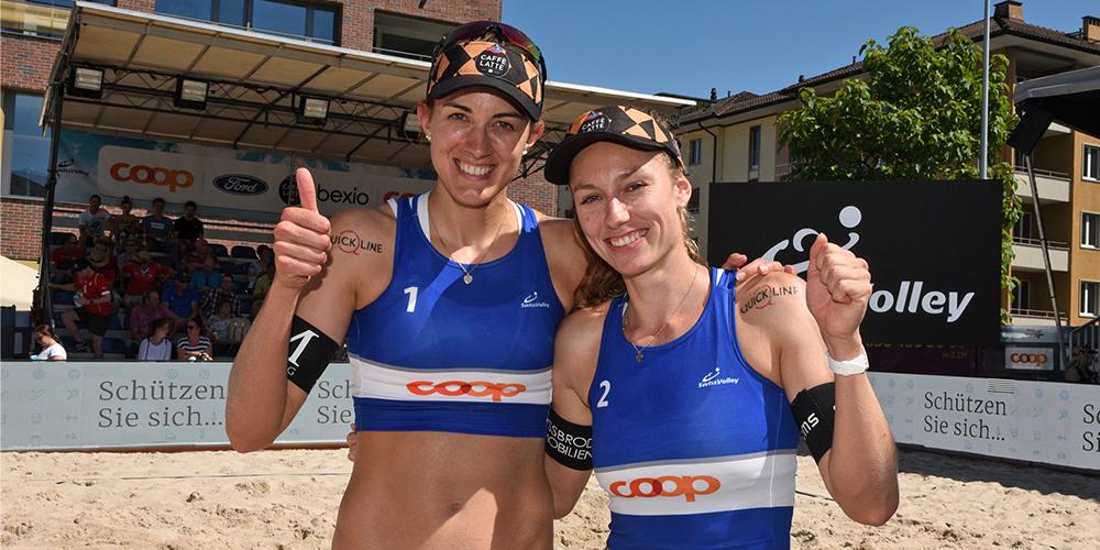 Tanja Hüberli (links) und Nina Betschart dominieren das Turnier in Kloten ohne Satzverlust (Bild: Franz Feldmann)
