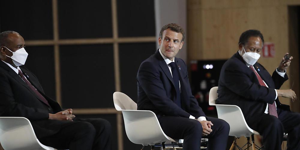 Emmanuel Macron (M), Präsident von Frankreich, Abdalla Hamdok (r), Premierminister des Sudan, und General Abdel Fattah Abdelrahman Burhan, Vorsitzender des sudanesischen Souveränitätsrats, nehmen an einer internationalen Konferenz über den Sudan t...