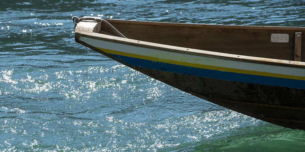 Ein Weidling im Fluss. Zwei Personen werden nach einem Badeunfall in Paradies TG vermisst. (Archivbild)
