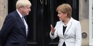 ARCHIV - Die schottische Regierungschefin Nicola Sturgeon im Sommer 2019 zusammen mit dem britischen Premier Boris Johnson. Foto: Jane Barlow/PA Wire/dpa