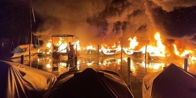 Im Lachner Hafen brannten in der Nacht auf Montag mehrere Schiffe.
